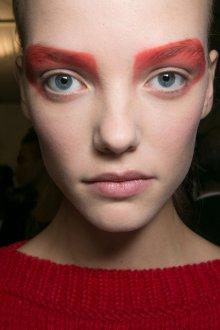 Красный макияж графичный