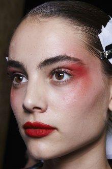 Красный макияж стильный