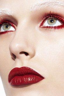 Красный макияж тушью