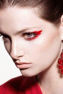 Красный макияж яркий