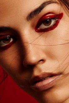 Красный макияж жидкой подводкой
