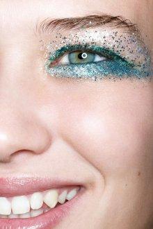 Макияж с блестками голубыми 2019