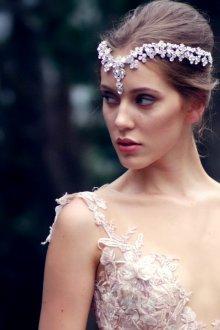 Свадебная прическа 2019 с диадемой с кристаллами