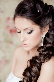 Свадебная прическа 2019 на длинные волосы с бусинами
