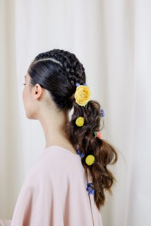 Свадебная прическа 2019 на длинные волосы с цветами