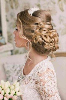 Свадебная прическа 2019 на длинные волосы с диадемой