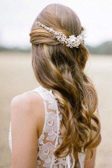 Свадебная прическа 2019 на длинные волосы полураспущенные