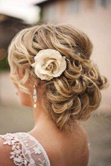 Свадебная прическа 2019 на длинные волосы с розой