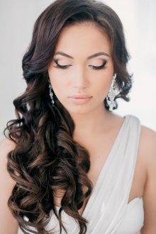 Свадебная прическа 2019 на длинные волосы темные
