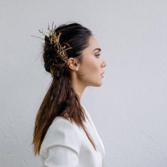 Свадебная прическа 2019 на длинные волосы с заколкой