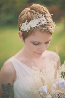 Свадебная прическа 2019 на короткие волосы с диадемой