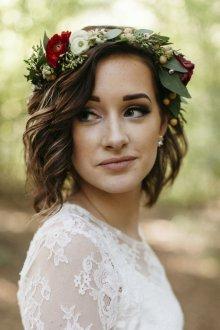 Свадебная прическа 2018 на короткие волосы с венком