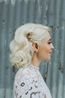 Свадебная прическа 2018 на короткие волосы с завивкой