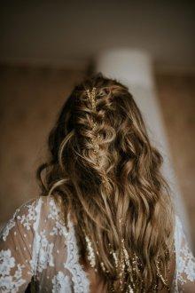 Свадебная прическа 2018 с золотой лентой