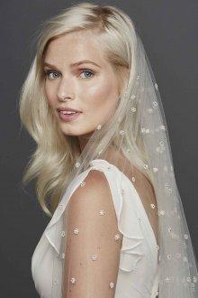 Свадебная прическа 2018 распущенная с фатой