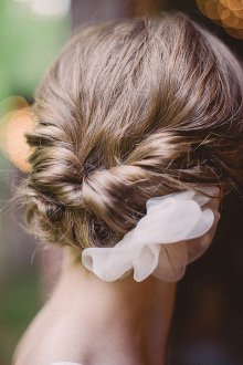 Свадебная прическа 2019 на средние волосы с цветами