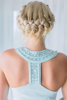 Свадебная прическа 2019 на средние волосы с косой