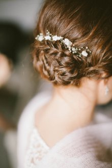 Свадебная прическа 2019 на средние волосы пучок