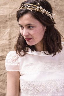 Свадебная прическа 2018 на средние волосы с украшением