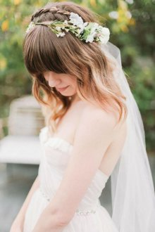Свадебная прическа 2018 на средние волосы с венком