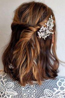 Свадебная прическа 2019 на средние волосы с заколкой