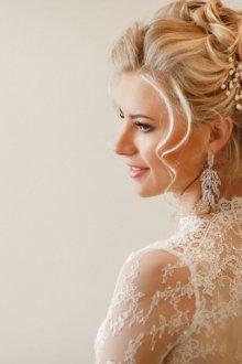 Свадебная прическа 2018 с жемчугом