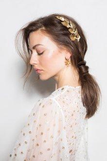Свадебная прическа 2018 с золотыми украшениями