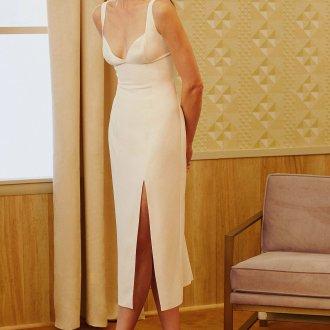 Платье футляр белое с декольте