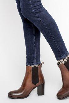 Коричневые ботинки челси на каблуке