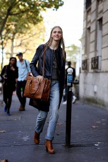 Коричневые ботинки с джинсами