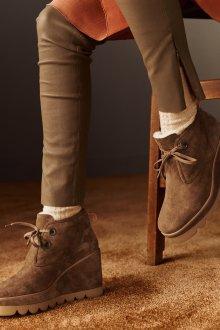 Коричневые ботинки на танкетке замшевые