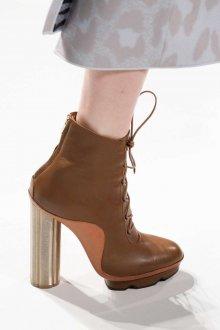 Коричневые ботинки на высоком каблуке