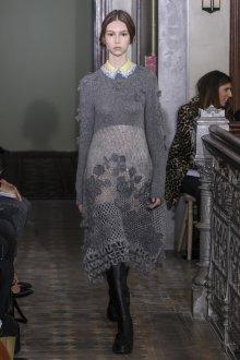 Платье вязаное с объемным декором