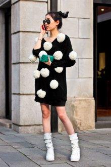 Платье вязаное с помпонами