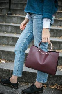 Бордовая сумка с джинсами