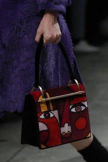 Бордовая сумка с рисунком
