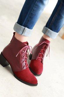 Красные ботинки с джинсами