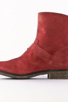 Красные ботинки из замши
