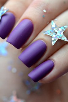Матовый маникюр фиолетовый лаком