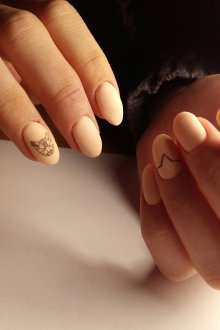 Матовый маникюр в пастельных тонах с рисунком