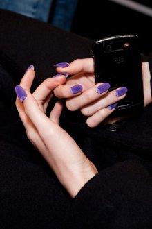 Бархатный маникюр фиолетовый