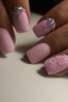 Бархатный маникюр розовый в пастельных тонах