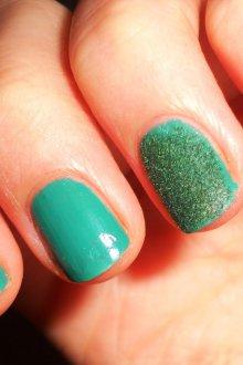 Бархатный маникюр зеленый