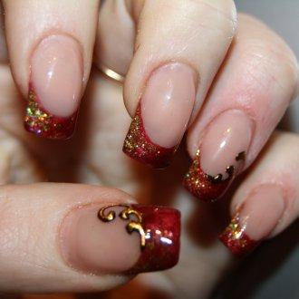 Золотой маникюр на нарощенных ногтях