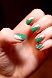 Золотой маникюр с зеленым цветом