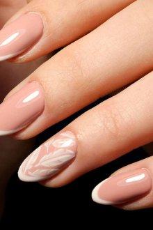 Нюдовый маникюр французский на нарощенные ногти