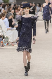 Платье шанель черное с перьями
