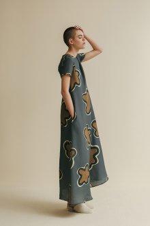 Платье с принтом крупным серое