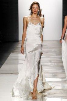 Шелковое платье с разрезом на бедре