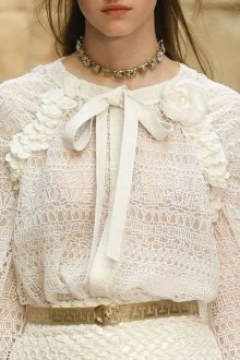Кружевная блузка с цветком